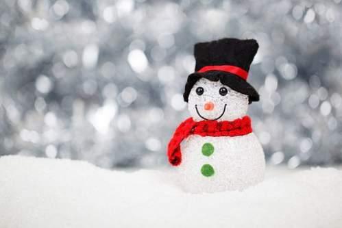Pupazzo di neve con sciarpa e berretto