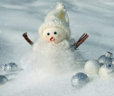 Addobbi con pupazzo di neve e palline bianche argento
