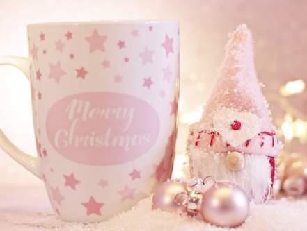 Merry Christmas e addobbi natalizi con neve bianco rosa