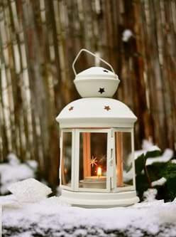 Lanterna natalizia in mezzo alla neve