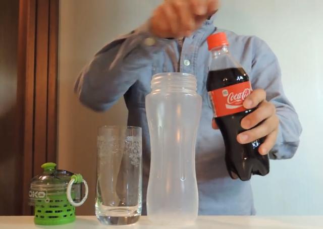 Empresa comercializa garrafa que transforma Coca-Cola em água