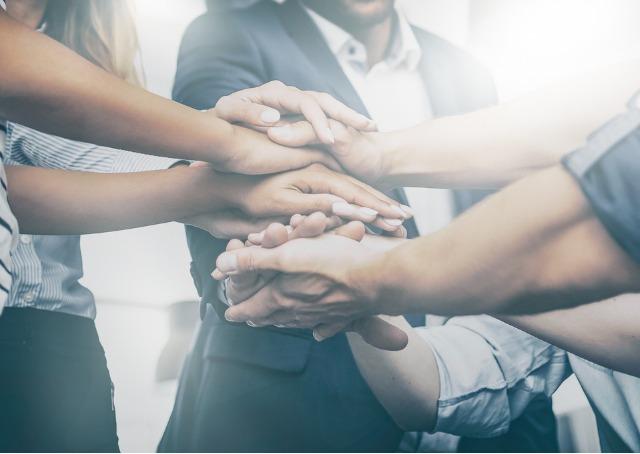 Preparar os funcionarios - Pessoas unindo as mãos