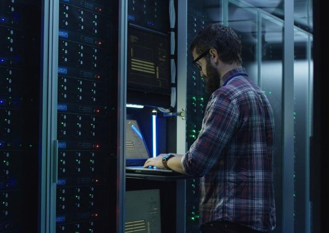 Grandes idéias - Pessoa operando data center