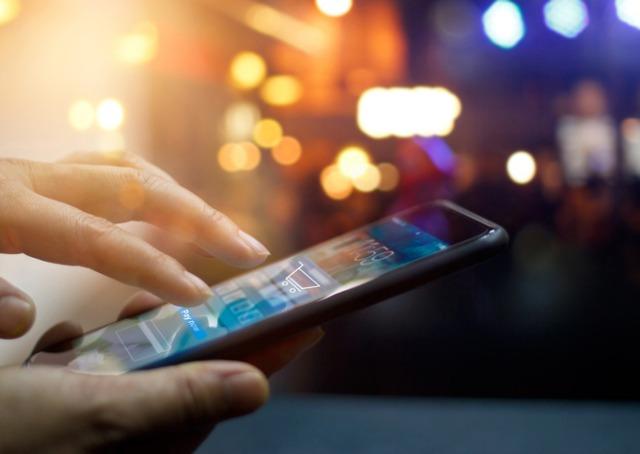 Marketing digital - Celular sendo digitado