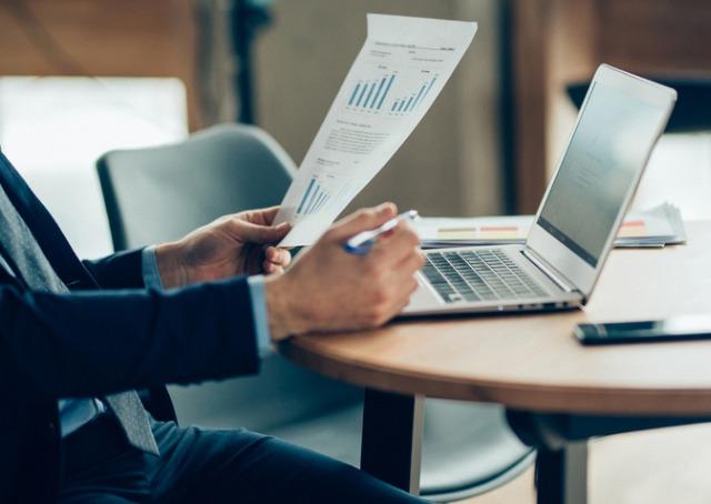 Transformação Digital - Homem sentado à mesa analisando relatório