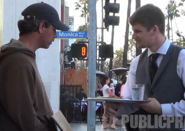 Homem se veste de garçom para servir comida a moradores de rua