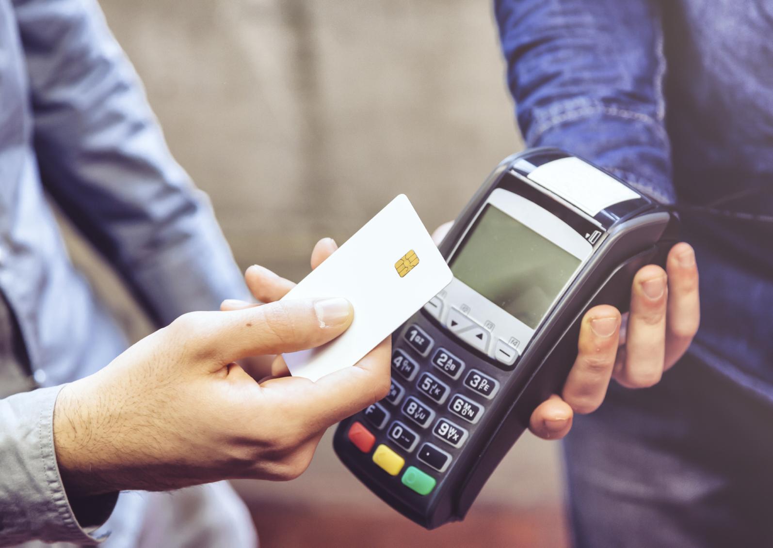 Estudo aponta queda de 30% nas vendas por cartão de crédito e débito em janeiro