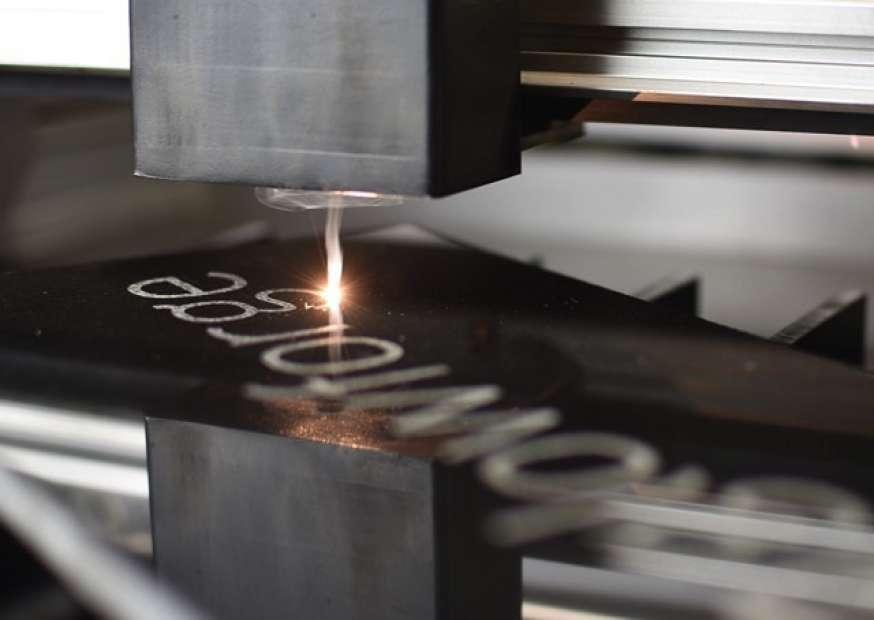 Impressora faz impressões em 3D utilizando diferentes tipos de materiais