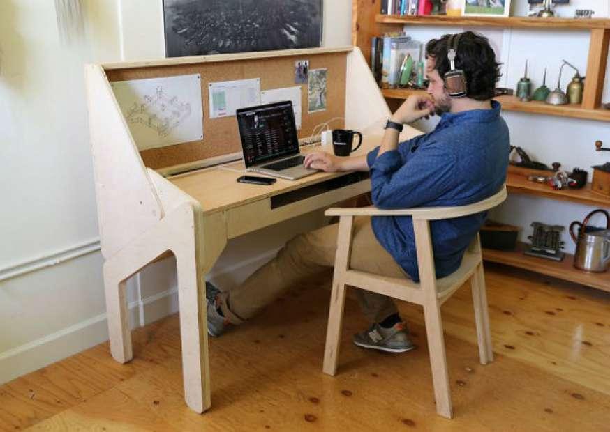 Designer cria mesa de trabalho que se transforma em bar