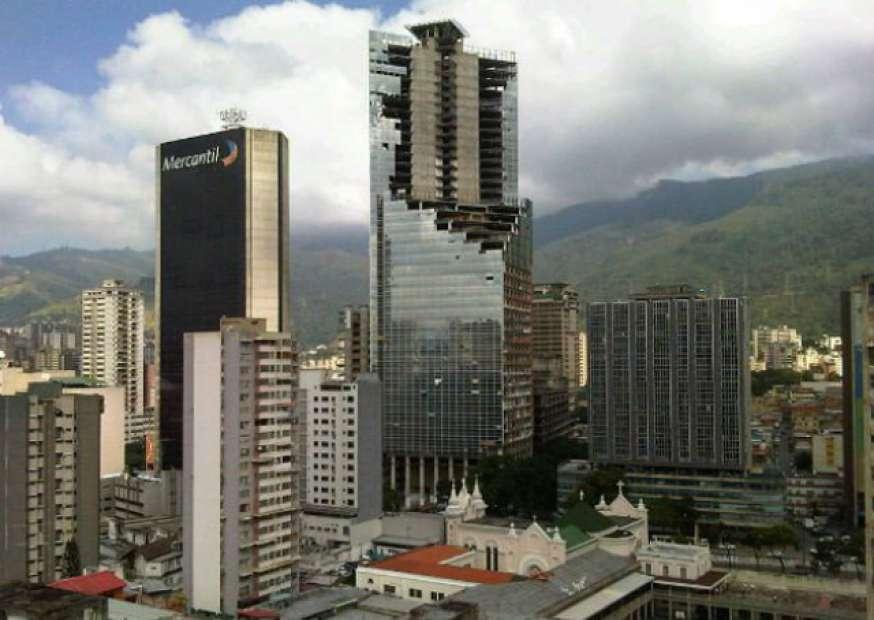 Prédio de luxo vira favela na Venezuela