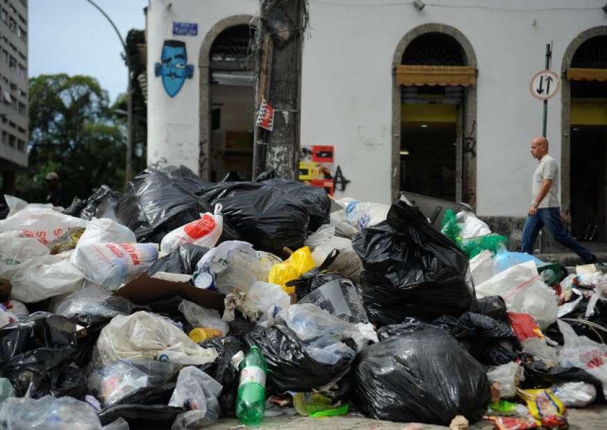 Prefeito do Rio diz que suspenderá demissões se garis voltarem ao trabalho
