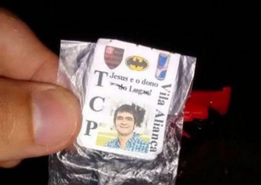 Traficantes usam imagem de cantor em embalagem de maconha