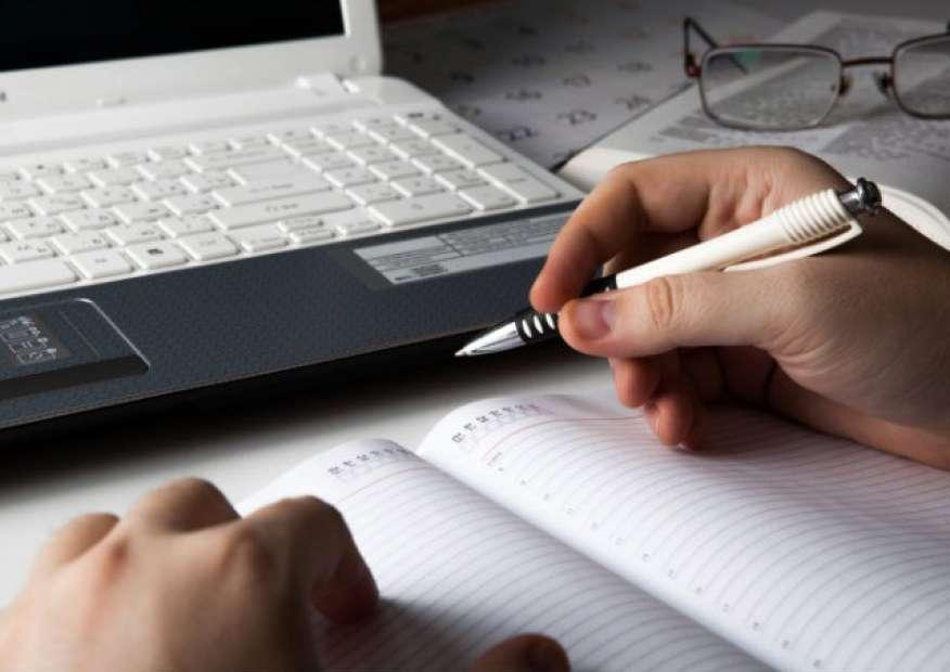 Fazer anotações no computador pode prejudicar o resultado em provas, revela pesquisadores
