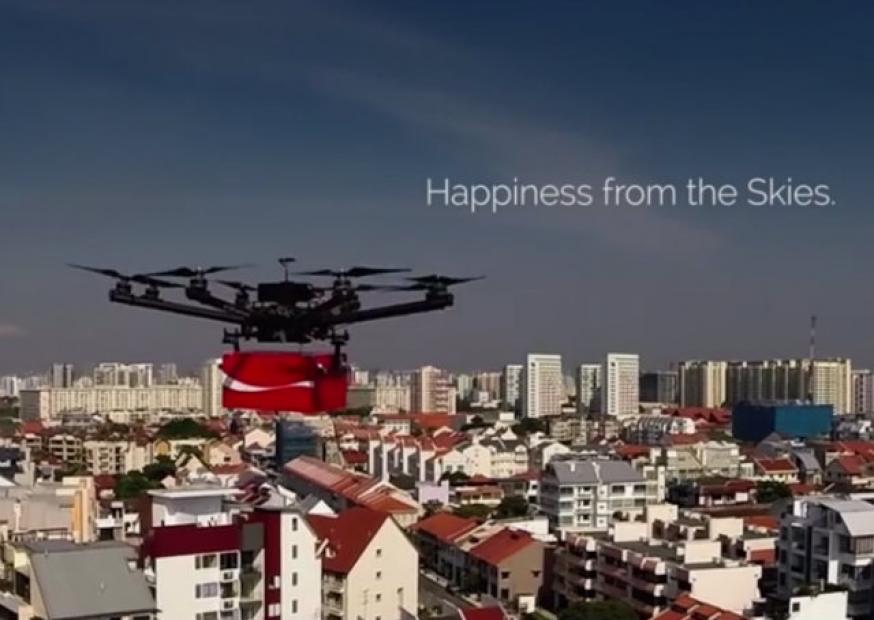 Coca-Cola usa drones para distribuir mensagens de gratidão em Singapura