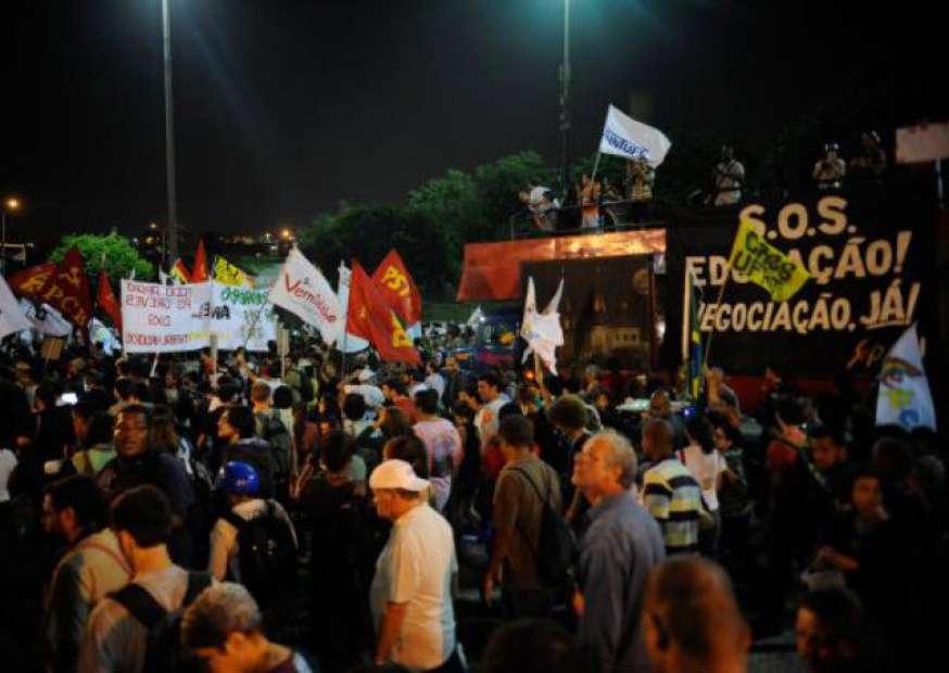 Protestos de grevistas e contra gastos com a Copa marcam dia