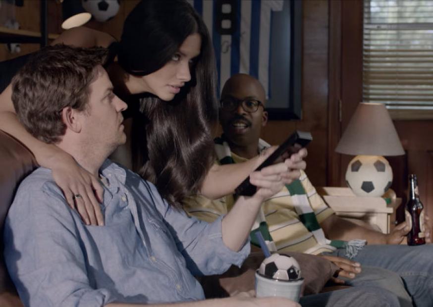 Adriana Lima ensina o que é futebol em campanha da Kia