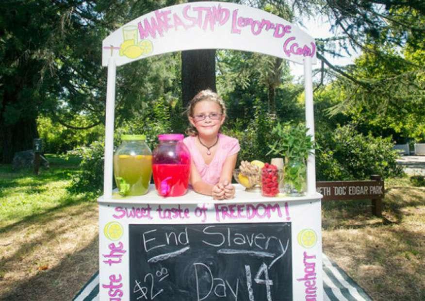 Garota de 8 anos cria empresa para combater escravidão infantil e arrecada R$ 350 mil