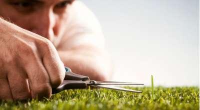 homem cortando grama com tesoura