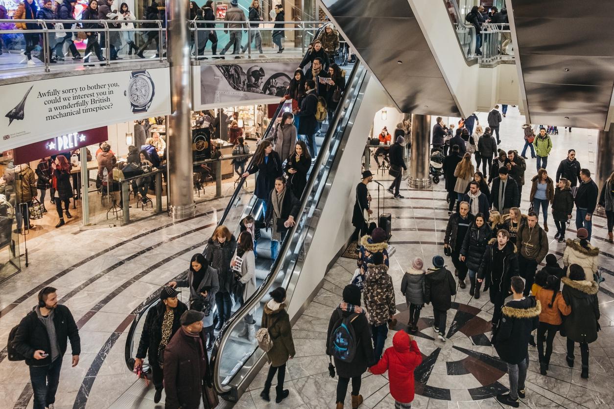 O consumo assume um lugar primordial e privilegiado como uma espécie de estruturador dos valores e de práticas que regulam nossas relações sociais