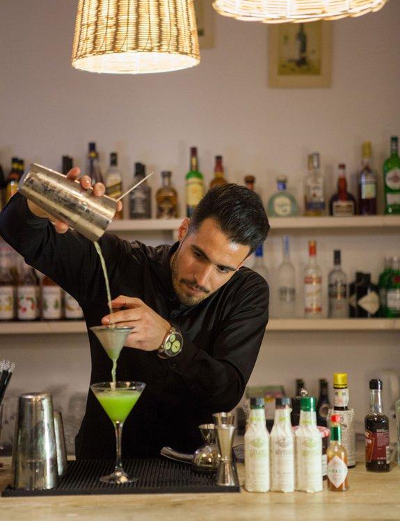 Ο barista να φτιάχνει ένα υπέροχο cocktail