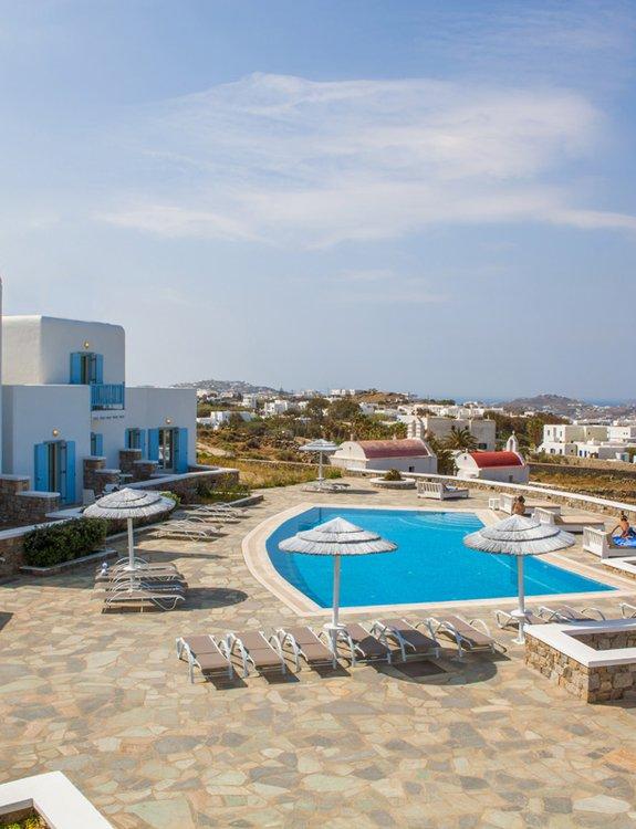 Το Sunset Wing από τον αέρα, με τις ξαπλώστρες, την πισίνα, και τους επισκέπτες να απολαμβάνουν την θέα της Μυκόνου στα εξωτερικά κρεβάτια