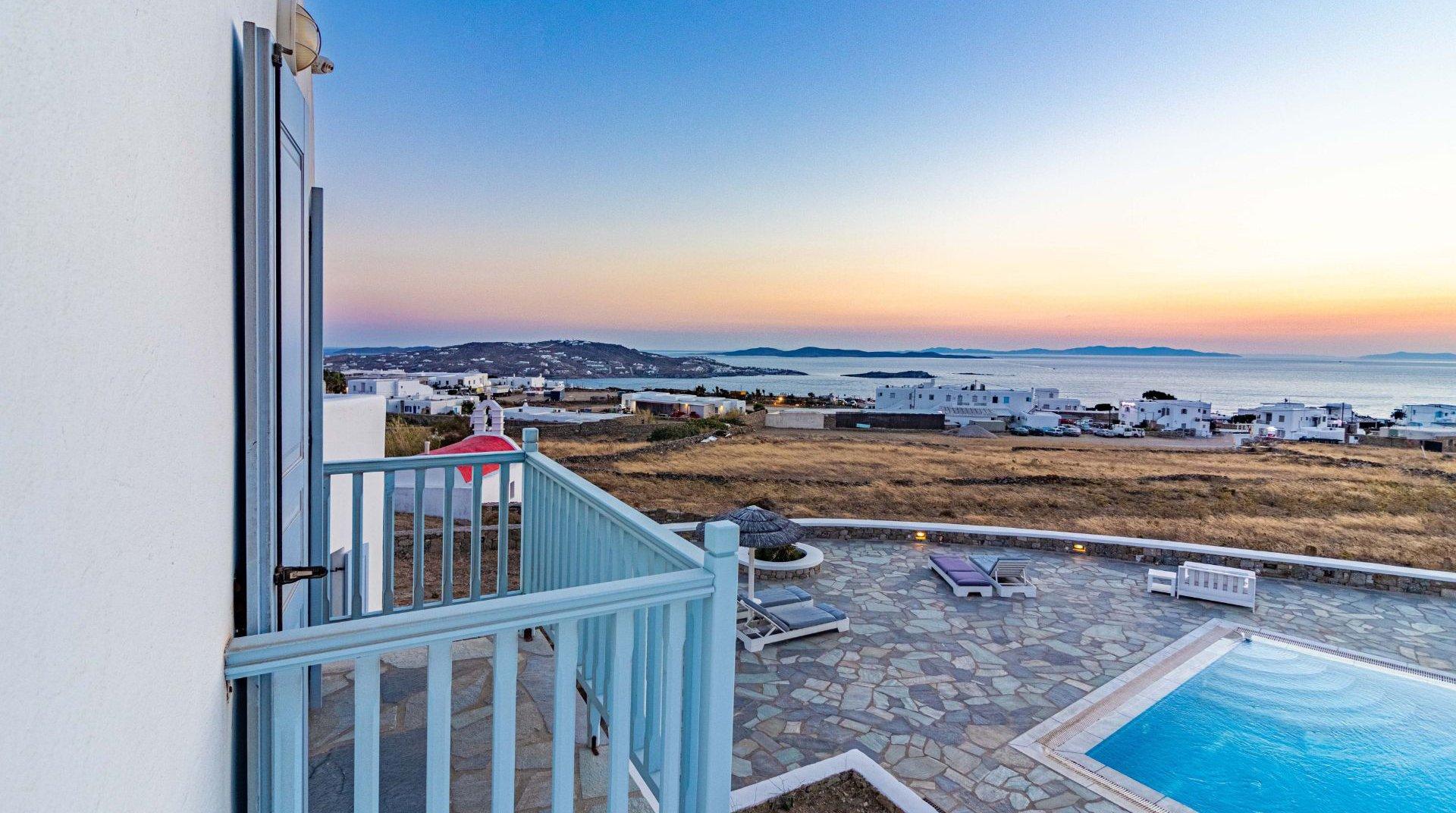 Το Sunset Wing από το μπαλκόνι ενός από τα δωμάτια, με την υπέροχη θέα στο νησί της Μυκόνου.
