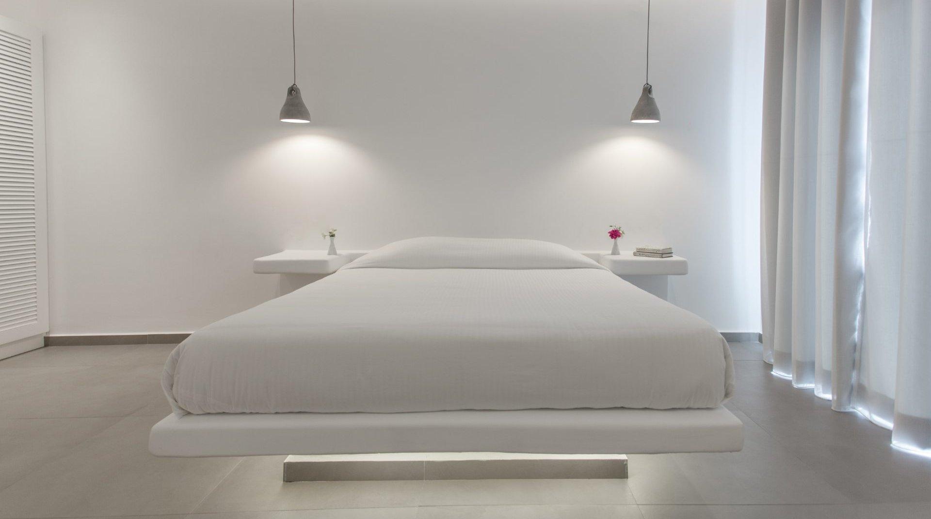 Το κρεβάτι της σουίτας από την μπροστινή πλευρά, με τα κομοδίνα από δίπλα