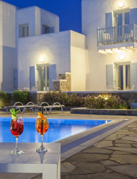 Δύο υπέροχα cocktails μπροστά από την πισίνα του Sunset Wing