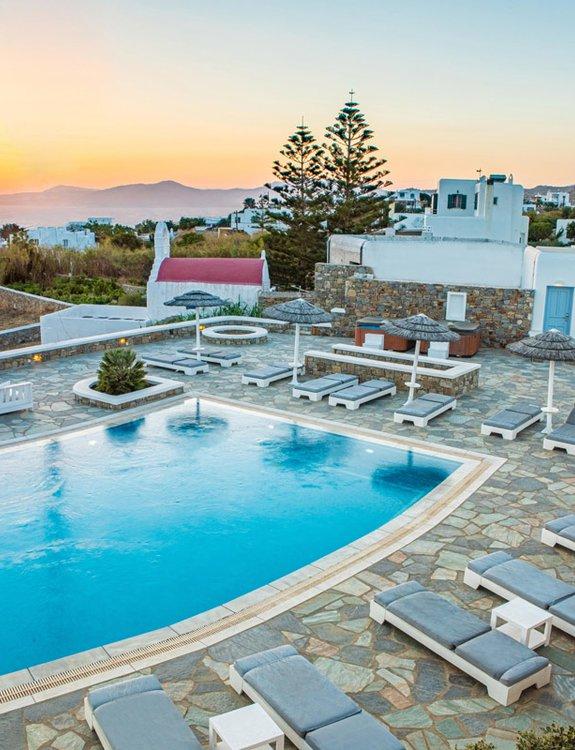 Το Sunset Wing από τον αέρα το ηλιοβασίλεμα, με τις ξαπλώστρες, την πισίνα, και τα εξωτερικά κρεβάτια