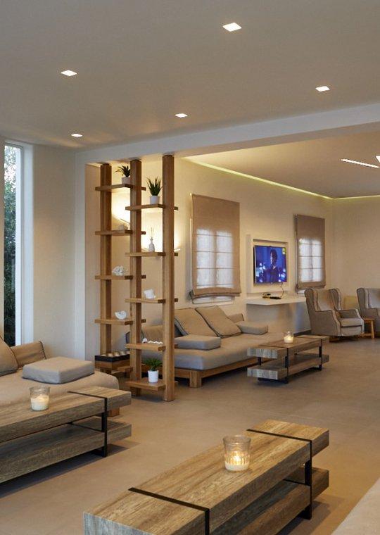 Το εσωτερικό του Main Section με τους καναπέδες, τις πολυθρόνες, τα τραπεζάκια και την τηλεόραση