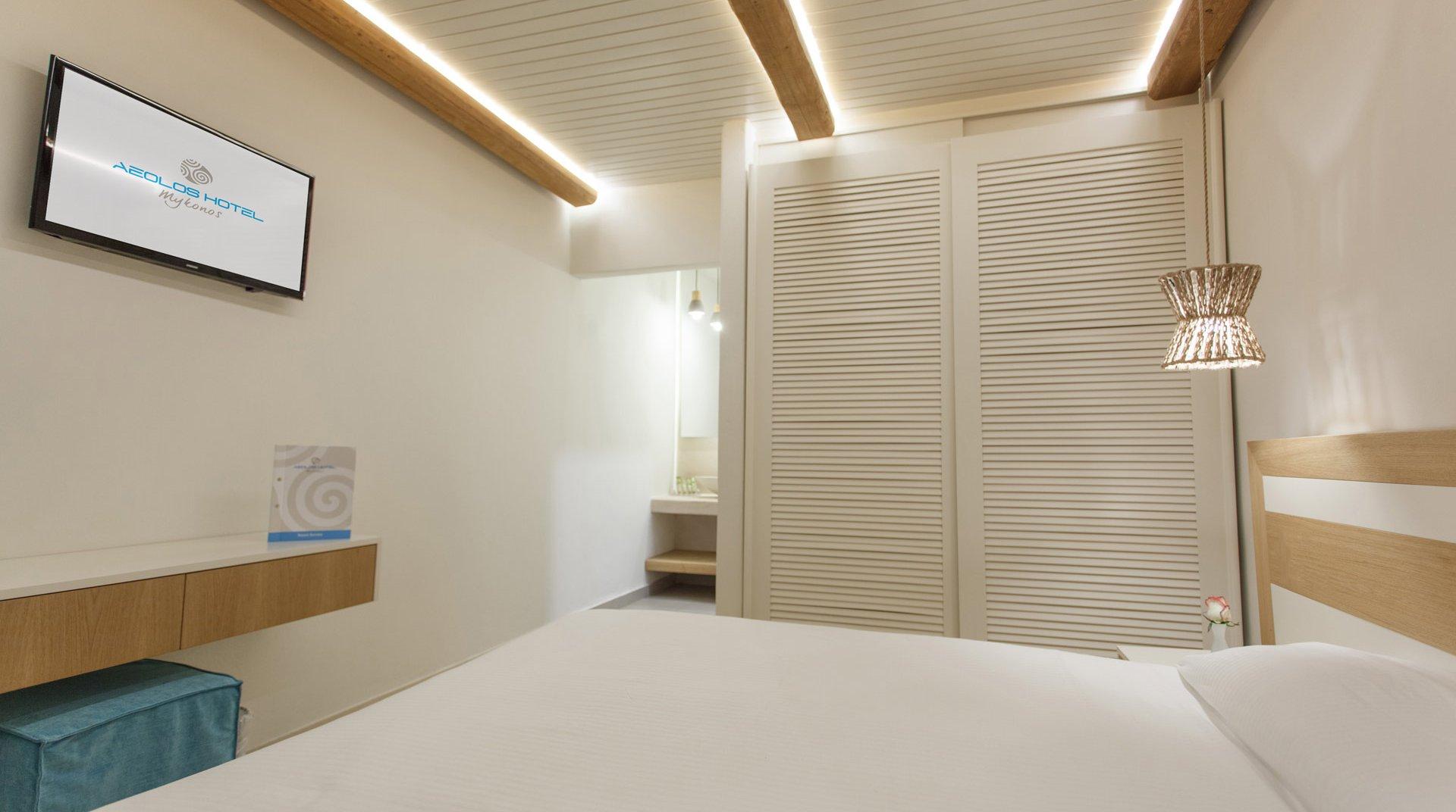 Το εσωτερικό του δωματίου από την μία πλευρά, με το κρεβάτι, την ντουλάπα, την τηλεόραση και τον διάδρομο προς το μπάνιο