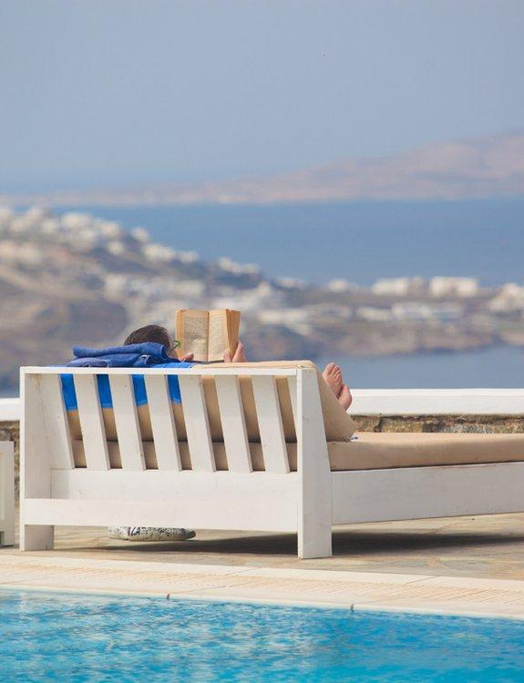 Ένας από τους επισκέπτες να απολαμβάνει την διαμονή του σε ένα απο τα εξωτερικά κρεβάτια του Sunset Wing διαβάζοντας ένα βιβλίο