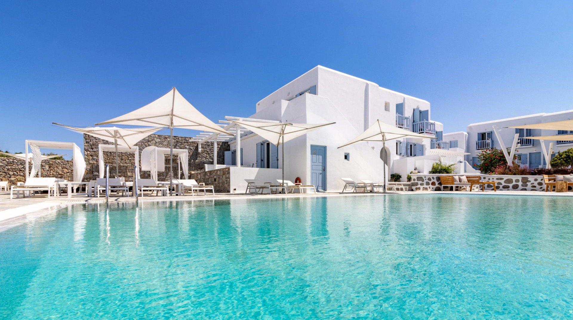 Το Main Section με την πισίνα, το restaurant και τις ξαπλώστρες