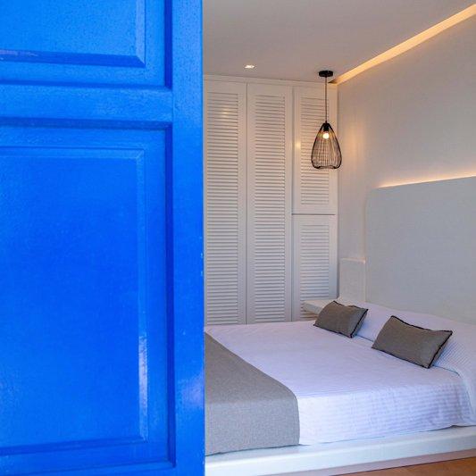 Το εσωτερικό του δωματίου από το μπαλκόνι, με το κρεβάτι και την ντουλάπα