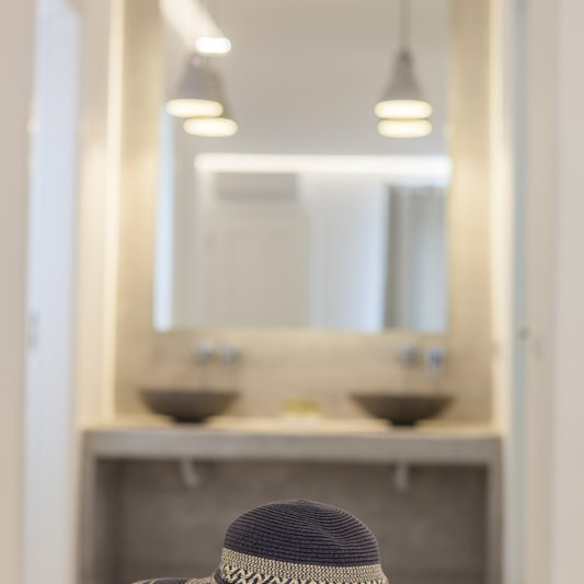 Decoration of the suite with the spacious counter on the background, the washbasins and the huge mirror