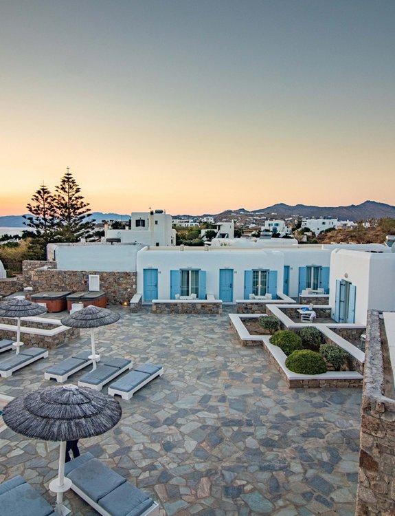 Το Sunset Wing από τον αέρα, με τις ξαπλώστρες, την πισίνα, και τα εξωτερικά κρεβάτια