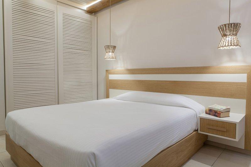 Το εσωτερικό του δωματίου με το κρεβάτι και την ντουλάπα