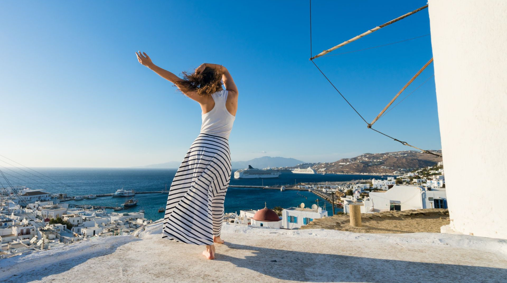 Μια γυναίκα να απολαμβάνει την θέα του νησιού