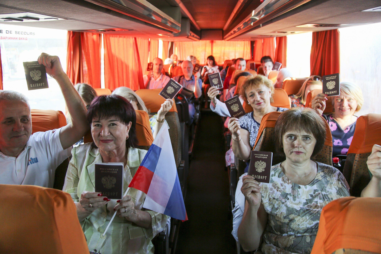 Residents of jap Ukraine vote on extending Putin's rule thumbnail