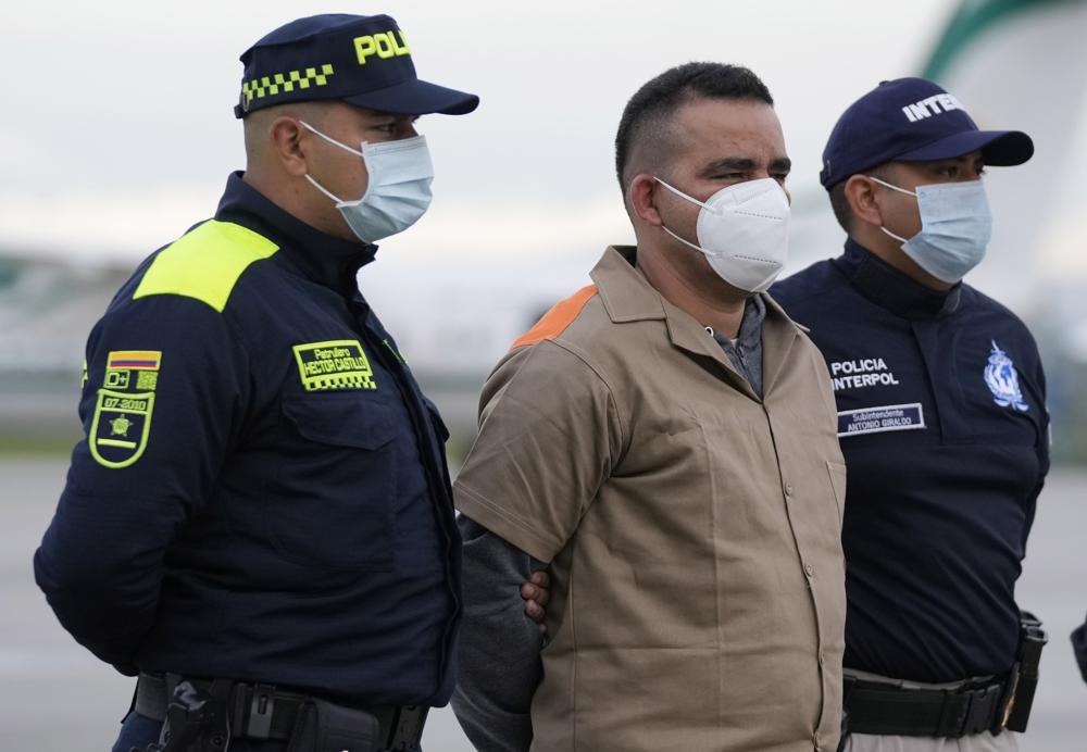 Yamit Picón Rodríguez, miembro del Ejército de Liberación Nacional de Colombia, es escoltado por la policía antes de su extradición a Estados Unidos en el aeropuerto militar CATAM en Bogotá, Colombia, el jueves 19 de agosto de 2021. Rodríguez es buscado en Texas por cargos relacionados con el narcotráfico. (AP Foto/Fernando Vergara)