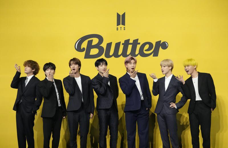 """Anggota BTS Kpop band Korea Selatan berpose untuk fotografer menjelang konferensi pers untuk memperkenalkan single baru mereka """"Butter"""" di Seoul, Korea Selatan, Jumat, 21 Mei 2021 AP Photo / Lee Jinman"""