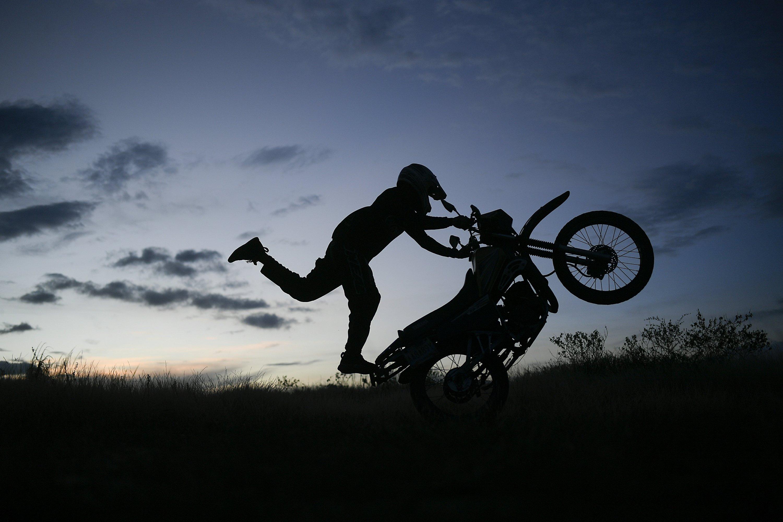Stunts in the streets for Venezuelan motorcycle virtuoso