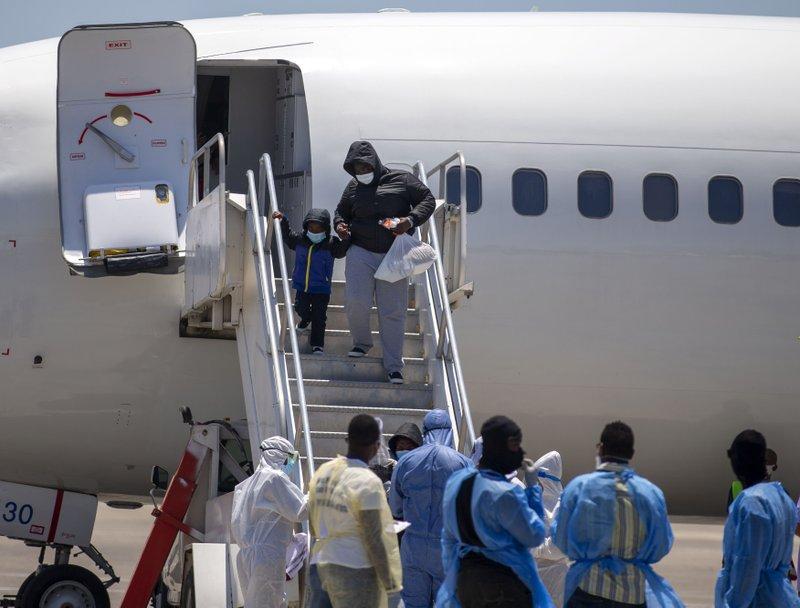 EEUU deporta a 30 haitianos; exlíder paramilitar se queda