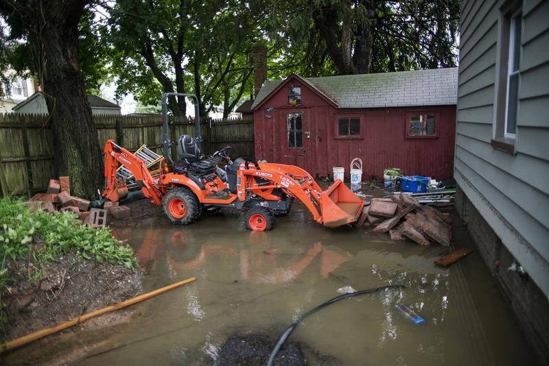 Der Hinterhof eines Hauses ist am Montag, den 23. August 2021 in Helmetta, NJ, während des Überfalls des Tropensturms Henri teilweise überflutet. (AP Photo / Eduardo Munoz Alvarez)