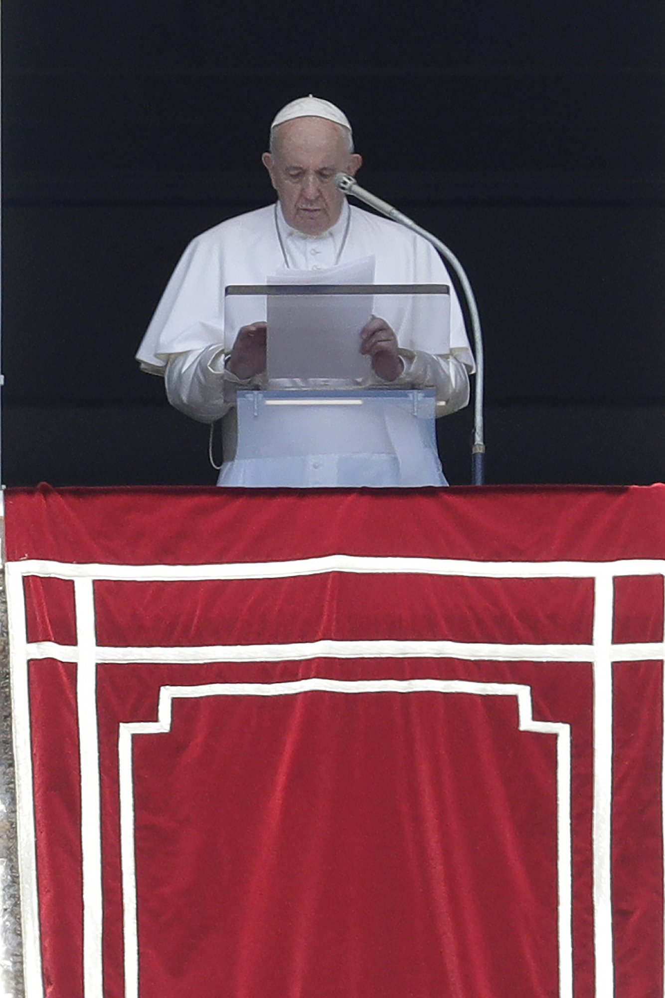 Pope encourages priests disheartened by sex abuse fallout