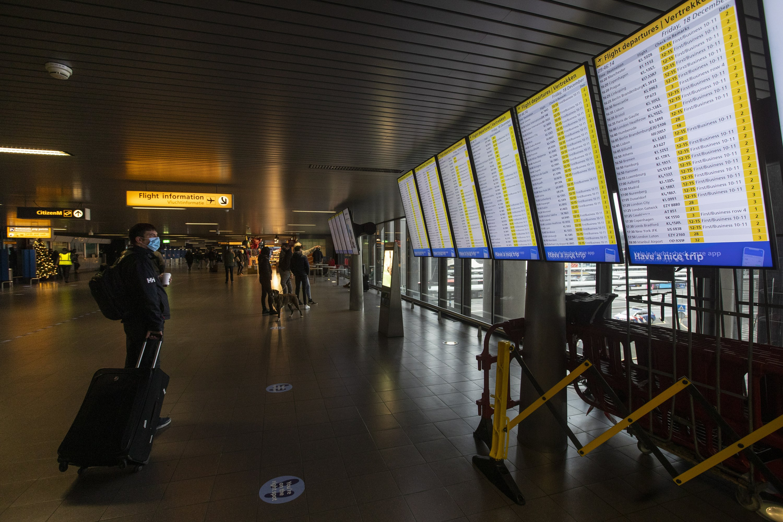 Dutch ban UK flights fearing the new coronavirus variant – The Associated Press