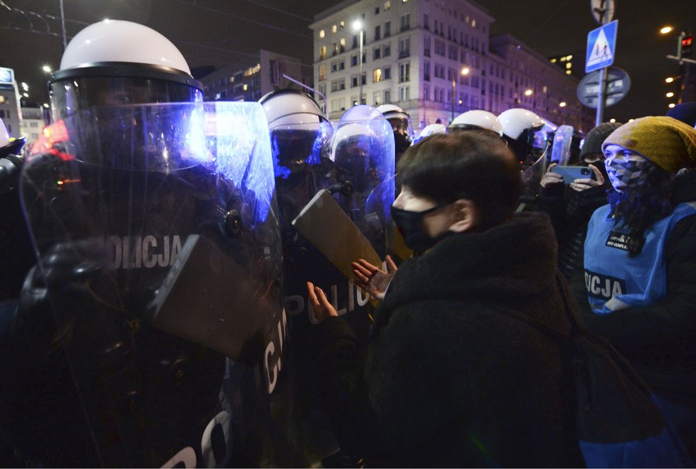 Police use force to block Warsaw march against abortion ruling