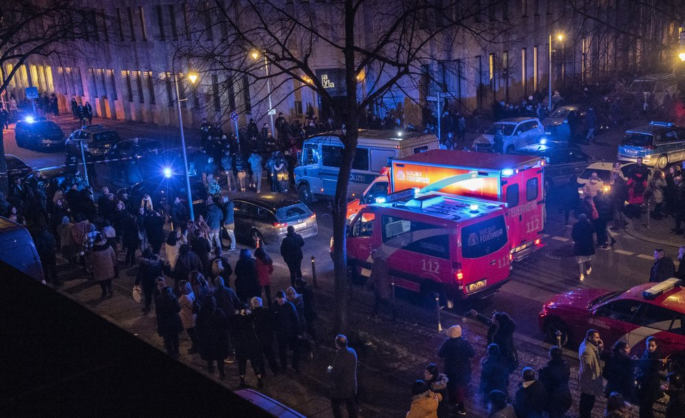 1 dead, 4 injured in shooting outside Berlin music venue