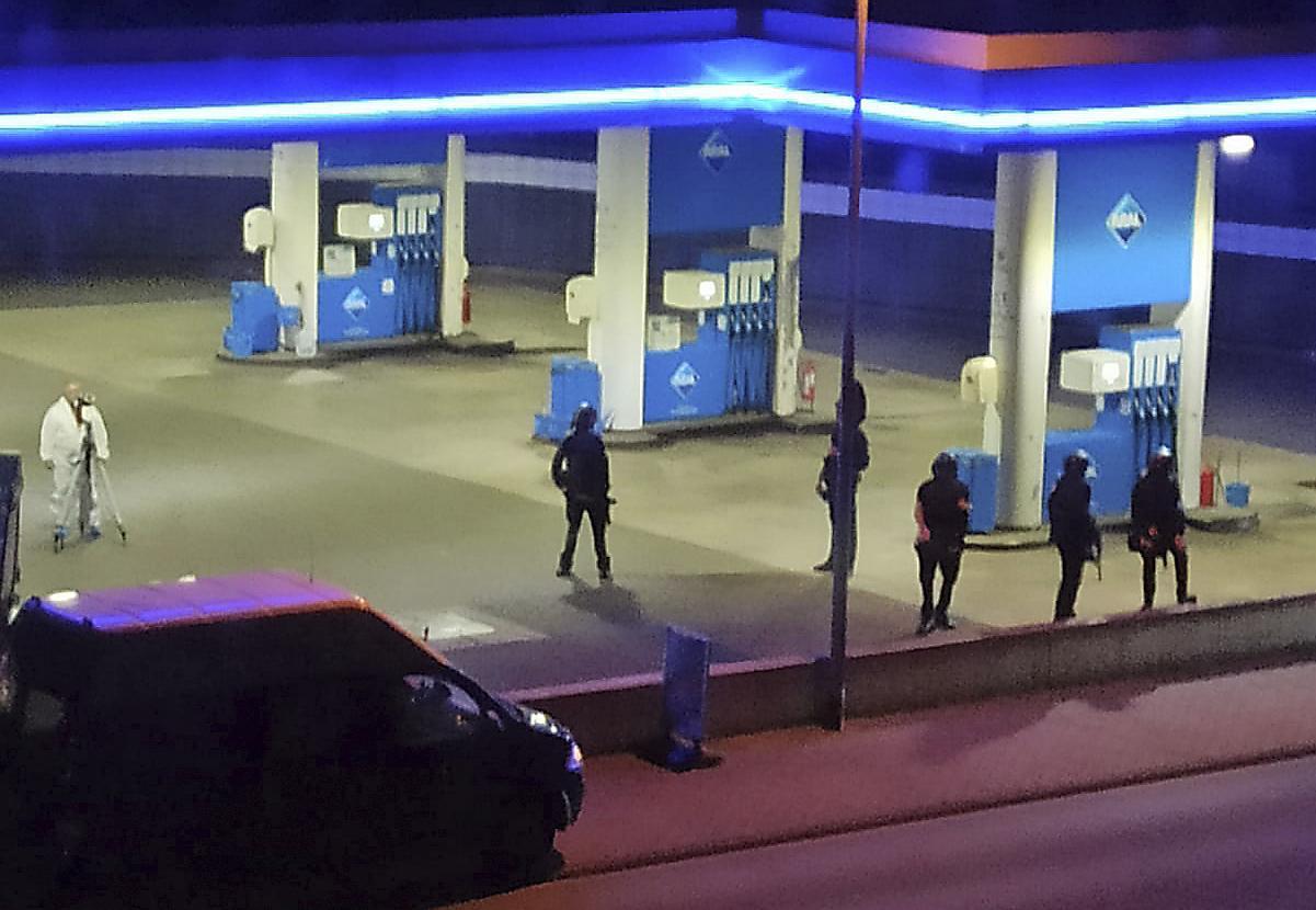 Polizisten sichern eine Tankstelle in Idar-Oberstein, Deutschland, Sonntag, 19. September. Die Polizei in Deutschland sagt, dass ein 49-jähriger Mann wegen Mordverdachts im Zusammenhang mit der Ermordung des erschossenen Tankstellenmitarbeiters festgenommen wurde tot am Samstag nach einem Streit um Gesichtsmasken.  (Christian Schulz/Foto Hosser/dpa via AP)
