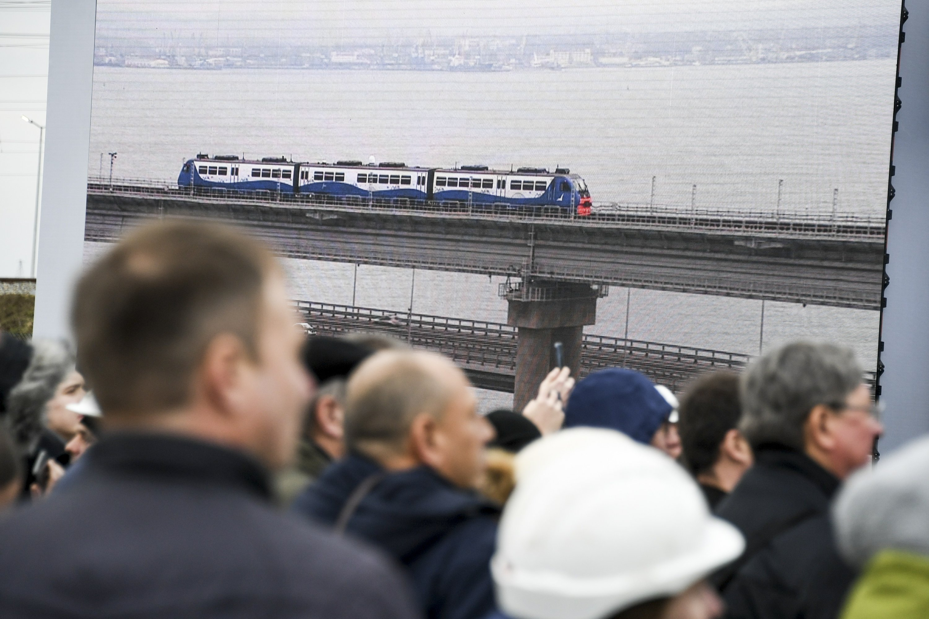 Putin opens railway bridge to Crimea